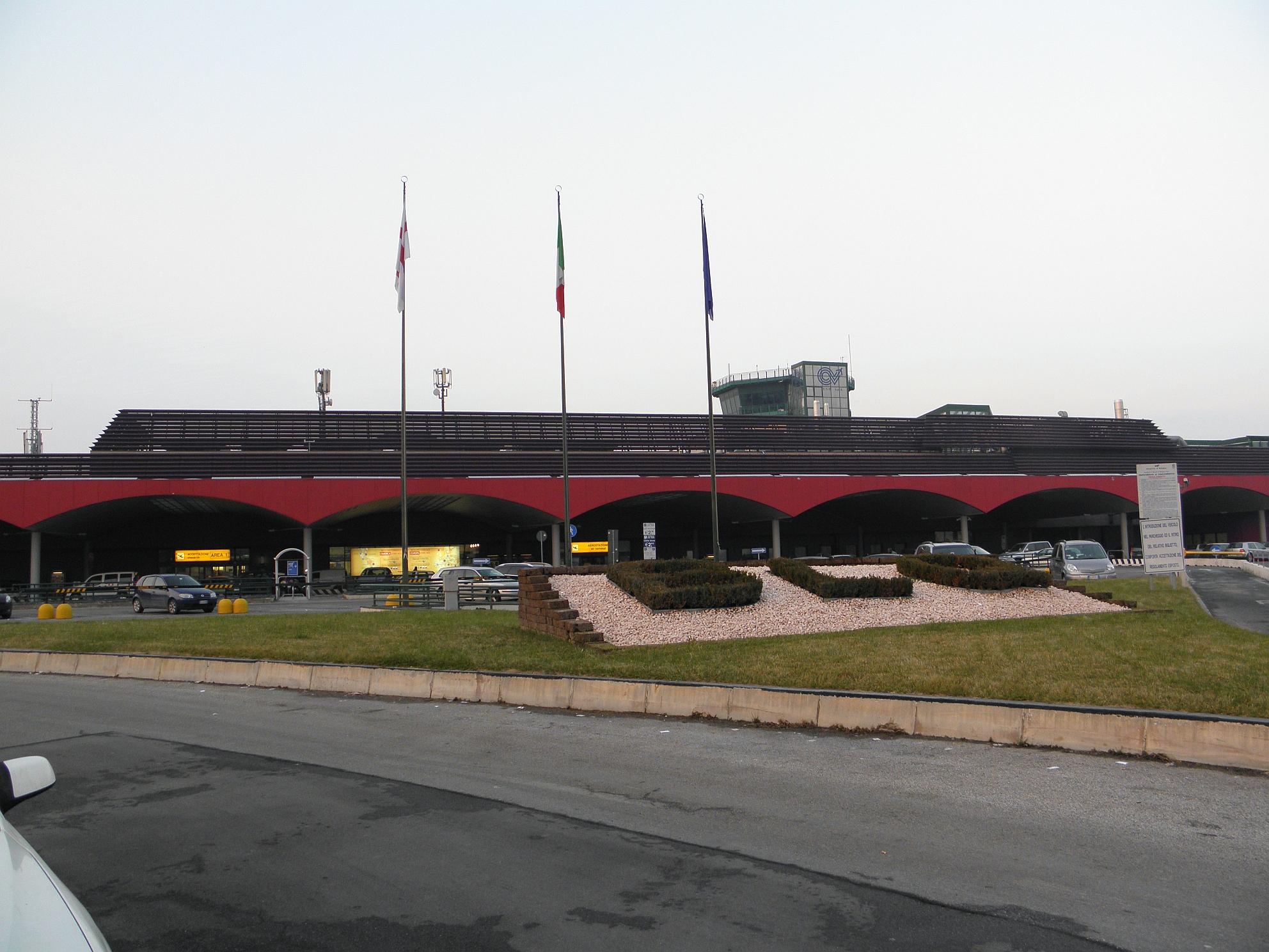 Aeroporto Di Bologna : Aeroporto di bologna chiuso ore per pista danneggiata