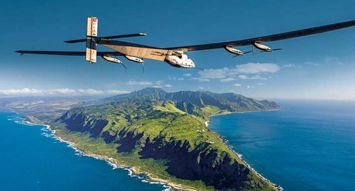 Il Solar Impulse mentre si avvicina alle Hawaii