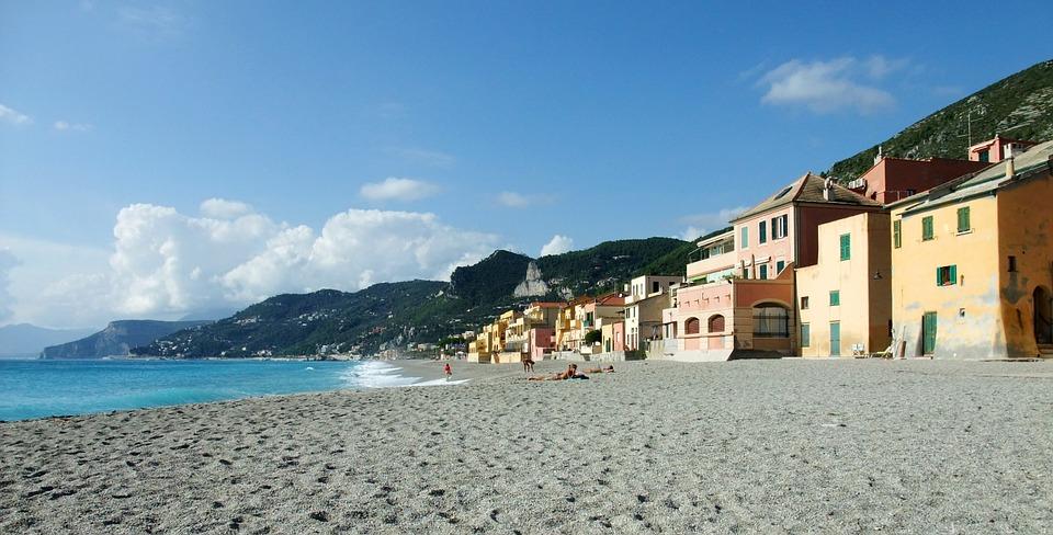 Voglia di Italia e di mare per il ponte del 25 aprile: nella foto, Varigotti