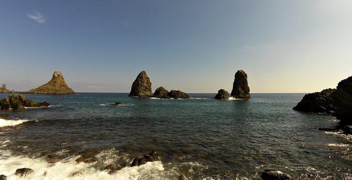 I faraglioni di Acitrezza, in provincia di Catania