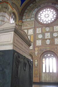 La tomba di Alessandro Manzoni al cimitero Monumentale di Milano. Fonte: Wikipedia, foto di Stefano Stabile