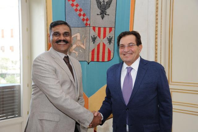L''imprenditore indiano Mahesh Panchavaktra e il governatore siciliano Rosario Crocetta si accordano per l'aeroporto del Mela ma hanno fatto i conti senza l'Enac