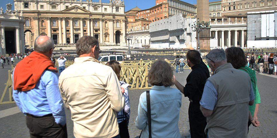 guide turistiche in piazza San pietro - fonte: wikipedia