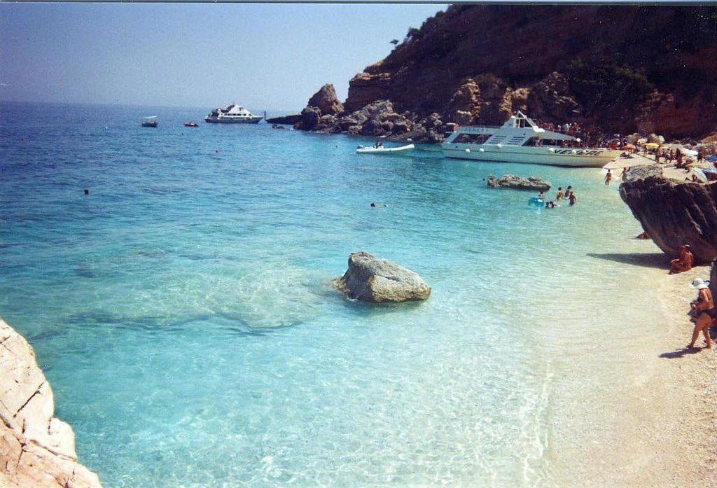 La spiaggia di Cala Mariolu sulla costa di Baunei dell'Ogliastra, in Sardegna - fonte: Wikipedia