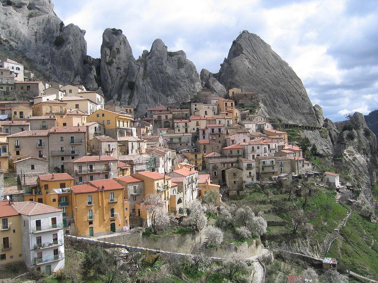Vista di Castelmezzano, foto di Matheola su wikipedia.org