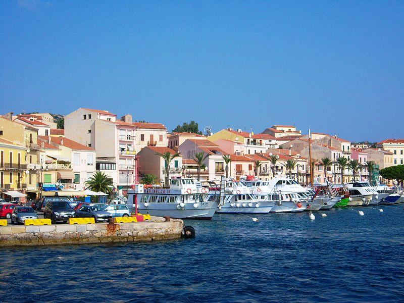 La Maddalena vista da una barca, foto di Danny Towin su wikipedia.org