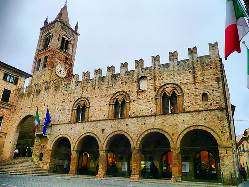 Il Palazzo del Podestà a MonteCassiano, foto di Francesco Annibali su wikipedia.org