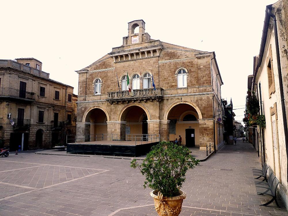 Il Palazzo Comunale di Rocca San Giovanni, foto di zitumassin su wikipedia