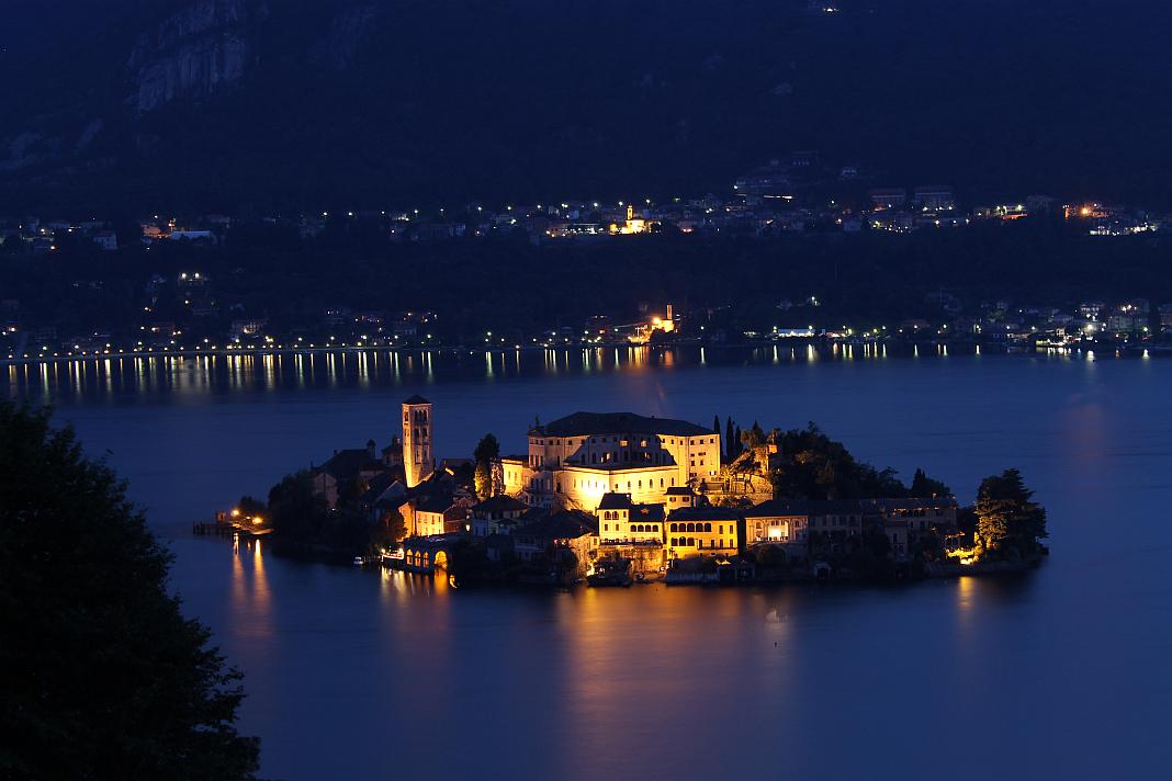 L'isola di San Giulio a Orta, foto di Mattig744 su wikipedia.org