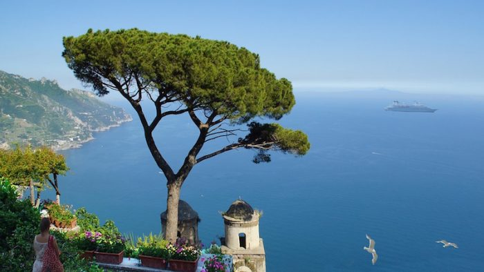 Saranno oltre 7 milioni gli italiani in viaggio per il ponte del 1° maggio, rivela Federalberghi. Il mare la meta preferita. Nella foto, la costa di Amalfi