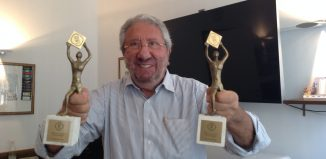 Manlio Olivero mostra i due premi vinti da Hertz agli Italia Travel Awards